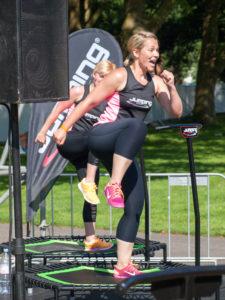 Jumping Fitness bei einem Open Air im Sommer