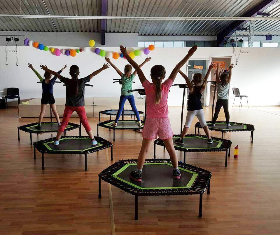 Эндорфины, которые выделяются во время тренировки, работают как антидепрессанты, поэтому на джампинг приходят выплеснуть эмоции, получить заряд бодрости и снова почувствовать себе детьми.